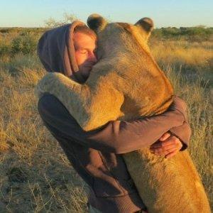 abrazo-de-amigos-hombre-puma