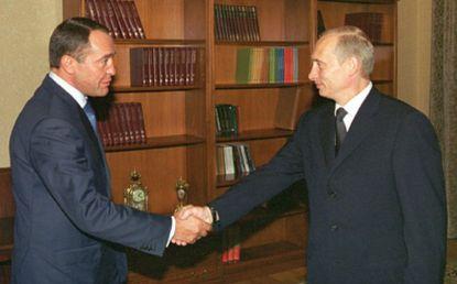 TAS26: MOSCOW, RUSSIA. AUGUST 16. President Vladimir Putin (R) and Minister of Press Mikhail Lesin (L) shake hands prior to their talk. Mikhail Lesin informed President of full restoration of transmission of Russian TV and radio programs in Belarus. The issue of copyright was discussed as well in connection with talks on Russia's joining the WTO. (Photo ITAR-TASS / Sergei Velichkin) ----- ÒÀÑ 26. Ðîññèÿ. Ìîñêâà. 16 àâãóñòà. Ïðåçèäåíò Ðîññèè Âëàäèìèð Ïóòèí (íà ñíèìêå ñïðàâà) âñòðåòèëñÿ ñåãîäíÿ ñ ìèíèñòðîì ÐÔ ïî äåëàì ïå÷àòè, òåëåðàäèîâåùàíèÿ è ñðåäñòâ ìàññîâûõ êîììóíèêàöèé Ìèõàèëîì Ëåñèíûì (ñëåâà). Ìèíèñòð äîëîæèë î ïîëíîì âîññòàíîâëåíèè âåùàíèÿ ðîññèéñêèõ òåëåêàíàëîâ è ðàäèîñòàíöèé â Áåëîðóññèè. Íà âñòðå÷å òàêæå îáñóæäàëñÿ âîïðîñ, ñâÿçàííûé ñ îõðàíîé àâòîðñêèõ ïðàâ, â òîì ÷èñëå â êîíòåêñòå ïåðåãîâîðîâ ïî âñòóïëåíèþ Ðîññèè â ÂÒÎ. Ôîòî Ñåðãåÿ Âåëè÷êèíà (ÈÒÀÐ-ÒÀÑÑ)