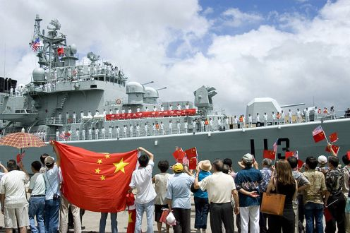 800px-us_navy_060906-n-4856g-040_local_spectators_wave_aloha_to_the_chinese_navy_destroyer_qingdao_ddg_113_while_mooring_at_the_pier_in_pearl_harbor