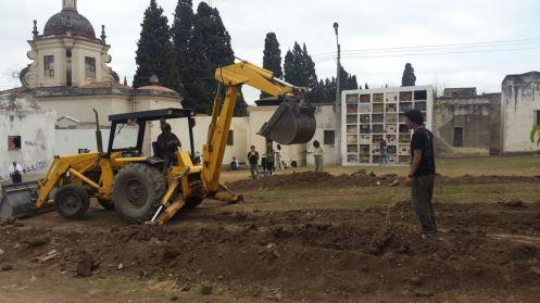 12498-buscan-restos-de-desaparecidos-en-el-cementerio-de-la-santa-cruz
