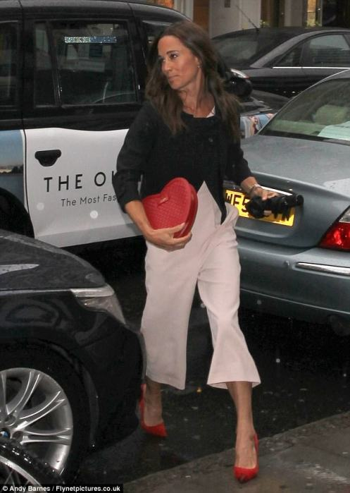 41D1650600000578-4645110-Back_to_reality_Pippa_was_spotted_in_the_UK_for_the_first_time_s-a-2_1498605094047