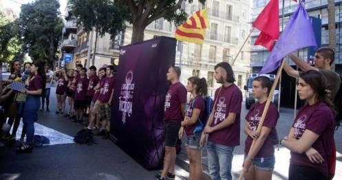 gra119-barcelona-02-07-2017-miembros-de-la-organizacion-independentista-arran-concentrados-frente-a-la-comisaria-de-los-mossos-de-les-corts-de-barcelona-a-donde-ha-sido-trasladado-el-jov