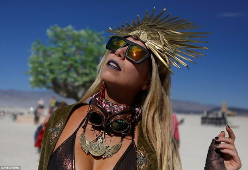 43AF4E9500000578-4835434-Pili_Montilla_wears_a_headdress_as_approximately_70_000_people_f-a-75_1504123309639