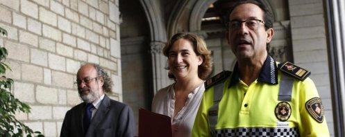 En la izquierda, Amadeu Recasens acompañado por la alcaldesa Ada Colau y un mando de la Guardia Urbana - EFE_9_1200x480