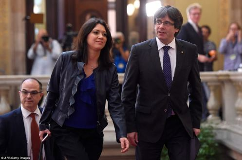 45BC48FD00000578-5023203-Catalan_president_Carles_Puigdemont_and_his_wife_Marcela_Topor_a-a-24_1509139683015