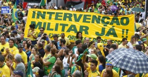 15mar2015-manifestantes-erguem-faixa-que-pede-intervencao-militar-durante-protesto-contra-o-governo-da-presidente-dilma-rousseff-na-avenida-paulista-centro-de-sao-paulo-neste-domingo-1