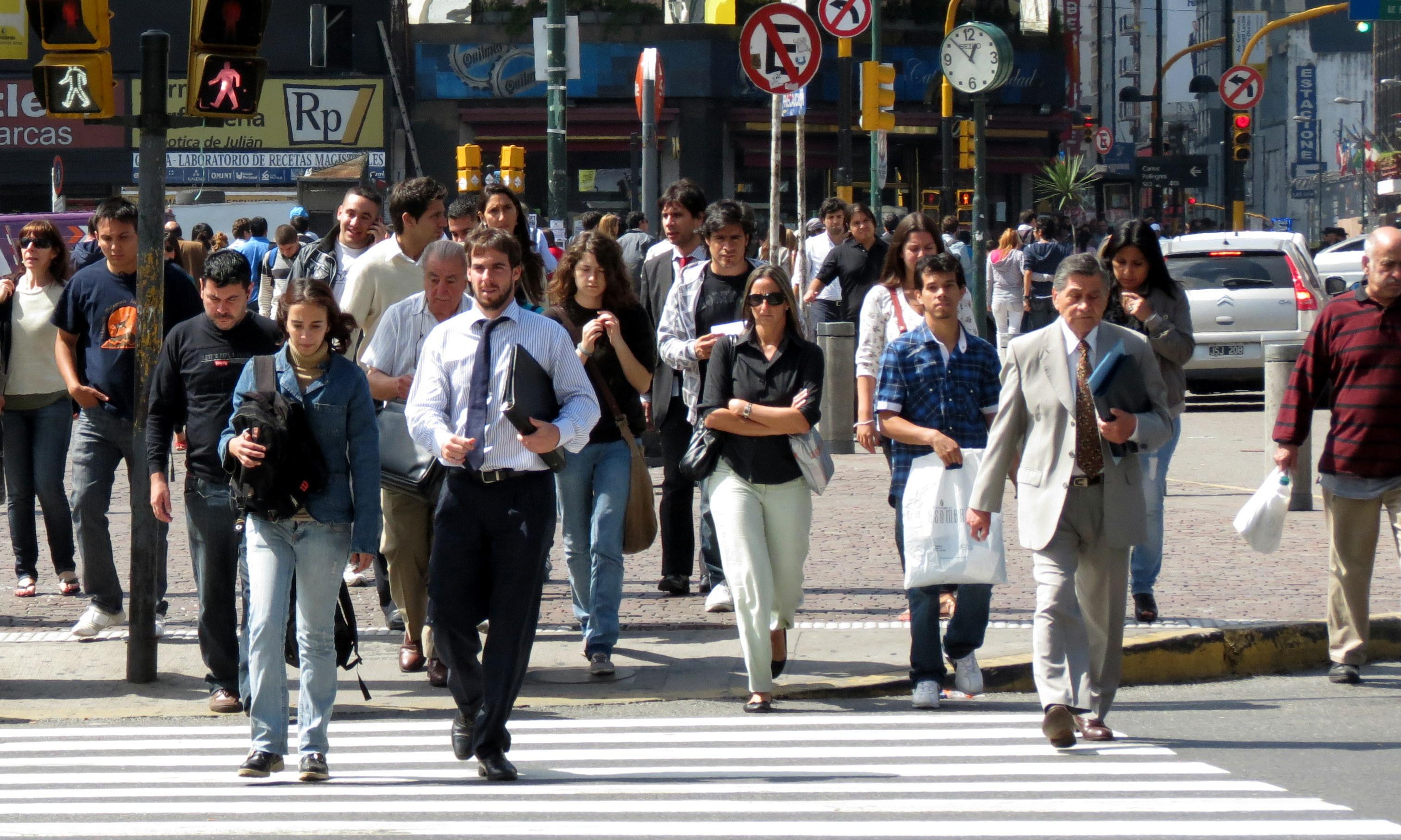 Resultado de imagen para gente caminando en la calle