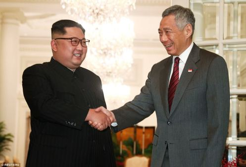 4D1A95E700000578-5826353-North_Korea_s_leader_Kim_Jong_un_shakes_hands_with_Singapore_s_P-a-67_1528636311864