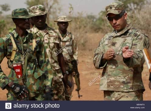 doce-soldados-soldados-del-ejercito-de-estados-unidos-comparten-tacticas-y-entrenamiento-con-un-poco-mas-de-200-soldados-del-ejercito-nigeriano-del-26-batallon-de-infanteria-en-un-recint
