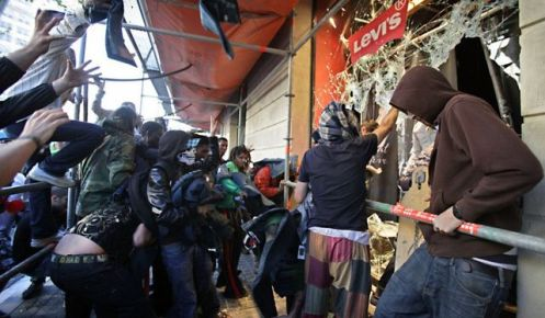 Grupos-antiglobalizacion-destrozando-escaparates-Barcelona_ECDIMA20131012_0004_16