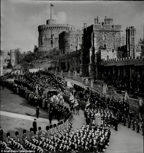 3E68AA7B00000578-4327210-The_Royal_Standard_at_full_mast_flies_over_Windsor_Castle_on_the-a-4_1489918471760
