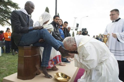 PAY-MAIN-pope-washes-muslims-feet