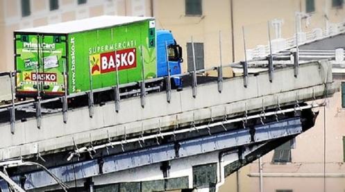 Tragedia-en-Génova-El-camión-de-la-cadena-de-supermercados-Basko-se-salvó-de-milagro