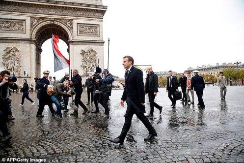 Macron acude a la reunión con Trump con el maletín de acción nuclear, mientras Trump se retira el acuerdo nuclear sobre Rusia como forma de presionar a Francia para que no construya el ejército europeo.