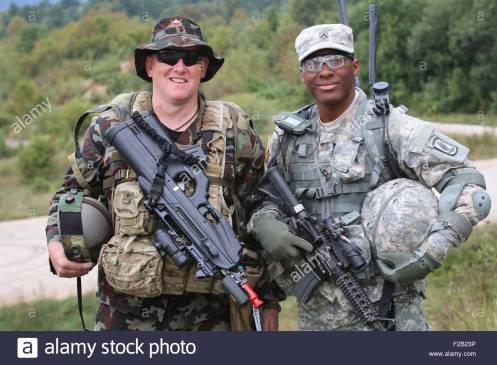 la-173-brigada-aerotransportada-del-ejercito-de-estados-unidos-esta-soldado-con-su-homologo-esloveno-durante-el-ejercicio-respuesta-inmediata-septiembre-14-2015-en-slunj-croacia-respuest