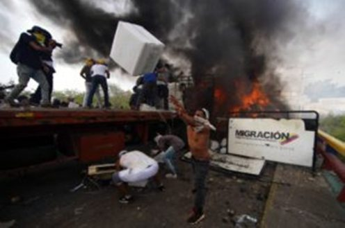 ayuda-opositores-queman-las-cajas-300x199