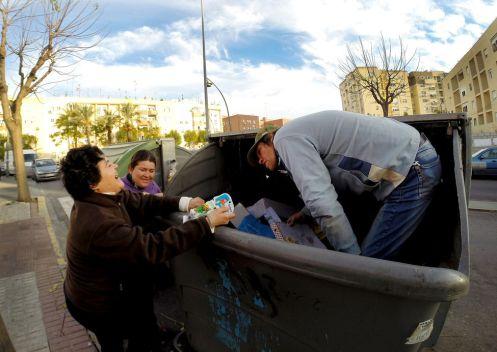 pobreza-personas-restos-utiles-basura_EDIIMA20140114_0397_25