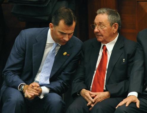 Cuban President Raul Castro (R) speaks w